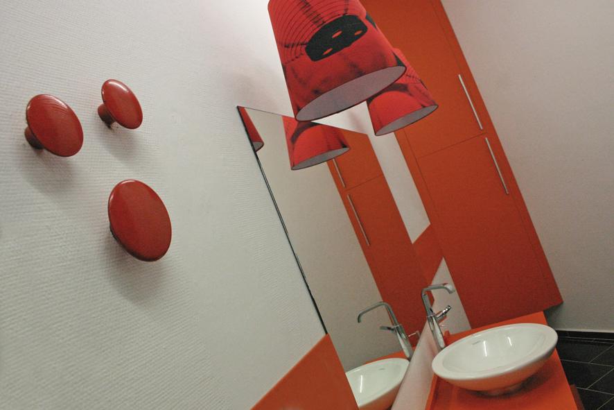 Rødt hus badeværelse