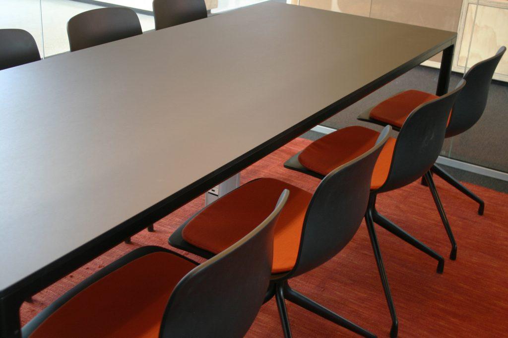 NY mødebord og stole